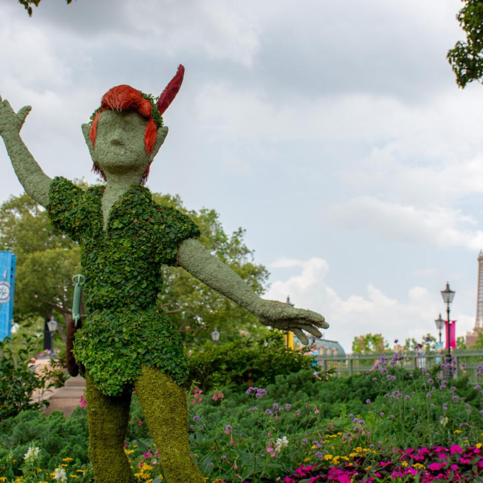 Buisson taillé sous la forme de Peter Pan avec la Tour Eiffel en arrière plan